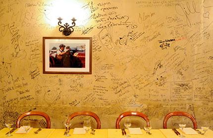 壁には政治家や芸能人など著名人の落書きが